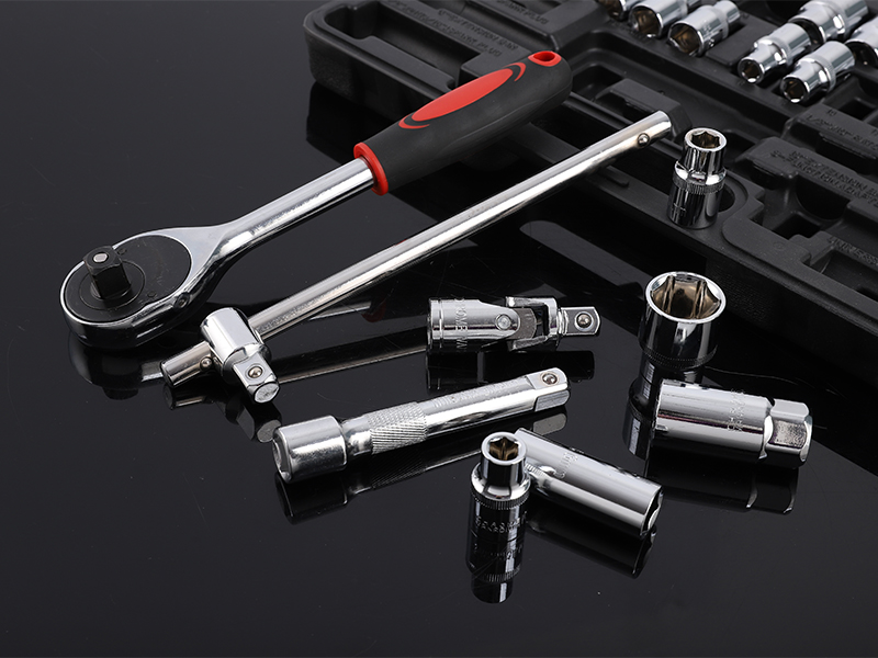 How does a ratchet wrench work