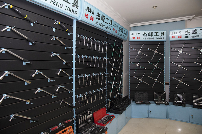 What are the differences between chrome plating and galvanizing of hardware tools?